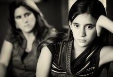 Wyzywająca nastoletnia dziewczyna i jej zmartwiona matka zdjęcia royalty free