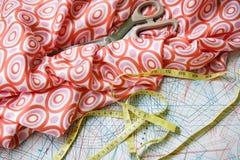 Wzór, pomiarowa taśma, nożyce i jedwabniczy materia, Fotografia Stock