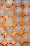 Wzór regularnie kłaść krakingowy sosnowy zobaczył cięcia na pomarańczowym backgr Obrazy Royalty Free