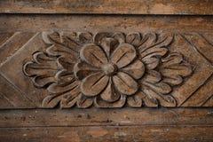 Wzór rzeźbiący kwiat na drewnianym tle Zdjęcie Stock