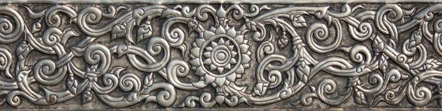 Wzór srebny metalu talerz z kwiatem rzeźbił tło Zdjęcia Royalty Free