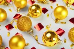 Wzór z boże narodzenie złotymi piłkami i kawałkami błyskotliwość ziobro fotografia royalty free