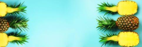 Wzór z jaskrawymi ananasami na błękitnym tle Odgórny widok kosmos kopii Minimalny styl Wystrzał sztuki projekt, kreatywnie lato zdjęcie royalty free