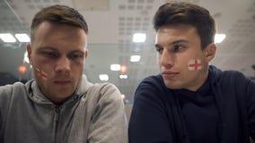 Wzburzeni fan piłki nożnej dyskutuje przegrywającego dopasowanie, seans desperackie emocje, zbliżenie obrazy royalty free