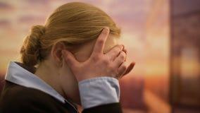 Wzburzona żeńska pracownika cierpienia migrena, martwi się o problemach przy pracą zdjęcie wideo