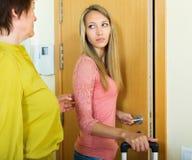 Wzburzona córka z walizką opuszcza mieszkanie matka Zdjęcie Royalty Free