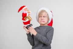 Wzburzona chłopiec pozuje w studiu Wakacyjny pojęcie zdjęcie royalty free