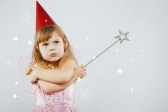 Wzburzona dziewczyna pozuje z srebnym magicznym kijem w studiu Fotografia Royalty Free