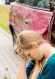 Wzburzona kierowca kobieta przed samochodu trzaska samochodem zdjęcie stock