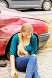 Wzburzona kierowca kobieta przed samochodu trzaska samochodem Zdjęcia Stock