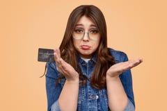 Wzburzona kobieta z negatyw równowagą na karcie kredytowej zdjęcie stock