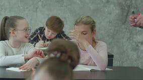 Wzburzona młoda kobiety szkoły dziewczyna no rozumie tematu i no pyta pytań zbiory wideo