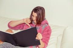 Wzburzona nastoletnia kobieta z notepad zdjęcie royalty free