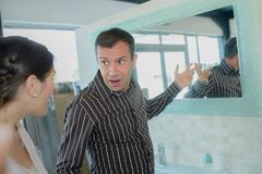 Wzburzona para ma argument o nowej łazience Zdjęcie Stock