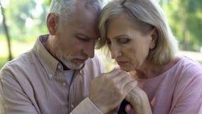 Wzburzona stara para opiera na chodzącym kiju, wieka emerytalnego poparcie, ubóstwo zdjęcie royalty free