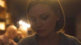 Wzburzony żeński siedzący samotny bar, myśleć problemy, powiązania niepokoi, kryzys zbiory wideo