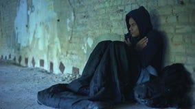 Wzburzony bezdomny nastolatek jest ubranym hoodie, ludzie przechodzi indifferently, ubóstwo zdjęcie wideo