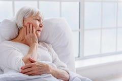 Wzburzony emeryt opiera w miękkim łóżku polowym Fotografia Royalty Free
