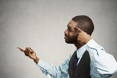 Wzburzony gniewny mężczyzna pyta someone jest tobą szalonym, głuptak? Zdjęcie Royalty Free