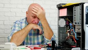 Wzburzony inżynier w Komputerowym centrum Gestykuluje Rozczarowany
