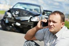 Wzburzony kierowcy mężczyzna po kraksy samochodowej obraz royalty free