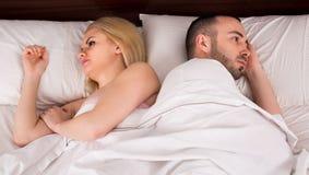 Wzburzony mąż i żona utrzymuje ciszę zdjęcia stock