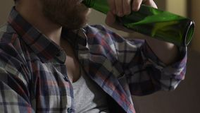 Wzburzony mężczyzna obsiadanie na kanapie, pijący piwo i główkowanie o problemach, niepowodzenie zbiory