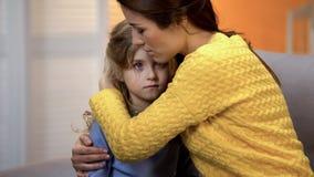 Wzburzony macierzysty przytulenie szokująca córka, czuje ból względna strata, kłopot obrazy royalty free