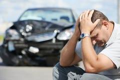 Wzburzony mężczyzna po kraksy samochodowej Zdjęcia Royalty Free