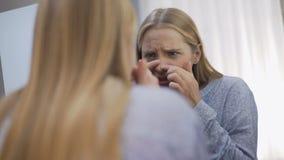 Wzburzony nastolatek sprawdza twarzy skóry warunek, dermatologiczni problemy, ciało opieka zbiory wideo