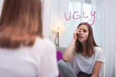 Wzburzony nastoletni dziewczyny znalezienie herself brzydki zdjęcie stock