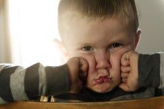 Wzburzony problemowy dziecko siedzi na krzesła pojęciu dla znęcać się, depresja stres zdjęcia royalty free
