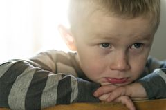 Wzburzony problemowy dziecko siedzi na krzesła pojęciu dla znęcać się, depresja stres fotografia stock