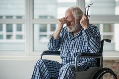 Wzburzony stary człowiek cierpi samotnie w domu fotografia stock