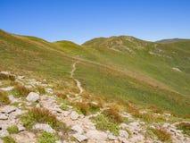 Wzdłuż ścieżki w kierunku szczytu góra Zdjęcia Royalty Free