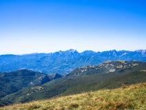 Wzdłuż ścieżki w kierunku szczytu góra Zdjęcie Royalty Free
