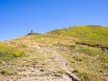 Wzdłuż ścieżki w kierunku szczytu góra Zdjęcia Stock