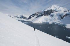 Wzdłuż śnieżnego skłonu mężczyzna osamotniony odprowadzenie Fotografia Stock