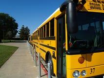 wzdłuż autobusowego krawężnika chodniczka parkujący szkolny kolor żółty Zdjęcie Stock