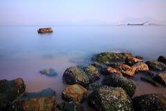 wzdłuż brzegowych Hong kong morza kamieni Zdjęcia Royalty Free