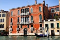 wzdłuż budynków kanałowy uroczysty Venice Obrazy Royalty Free
