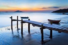 wzdłuż drewnianego molo brzegowego zmierzchu zdjęcie royalty free