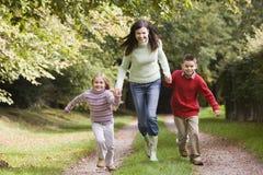wzdłuż drogi matki dziecka wykonywany przez las Fotografia Royalty Free