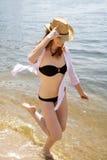 wzdłuż działającej seashore swimsuit kobiety zdjęcia royalty free