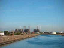 wzdłuż fabrycznej przemysłowej rzeki Obraz Royalty Free