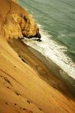 wzdłuż linii brzegowych peruvian piasku. Zdjęcia Stock