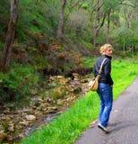 wzdłuż strumienia chodzącej kobiety Obrazy Royalty Free