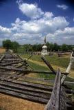 wzdłuż zapadniętej sztachetowej ogrodzenie drogi Fotografia Stock