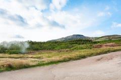 Wzgórza blisko w Haukadalur gorącej wiosny terenie w jesieni Obrazy Royalty Free