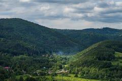 Wzgórza i chmury obrazy stock